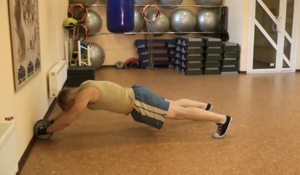 Упражнения с гимнастическим роликом стоя на полу - конечная позиция