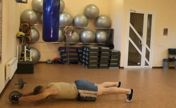 Упражнение с роликом для пресса без упора в стену - конечная позиция