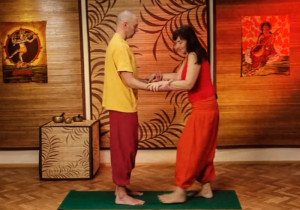 Парная йога - упражнение глубокий наклон
