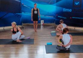 Занятие аштанга йоги