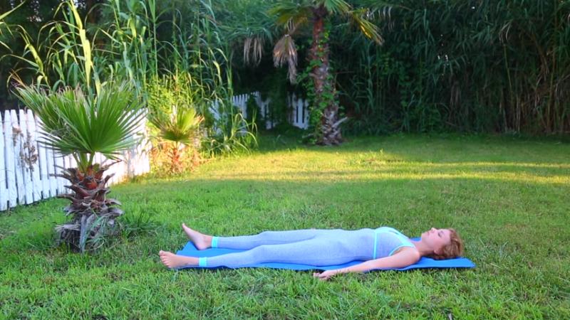 Упражнение на  расслабление мышц спины, плеч, поясницы с легким вытяжением