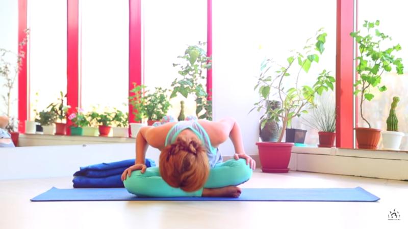 Упражнения во время месячных - наклоны