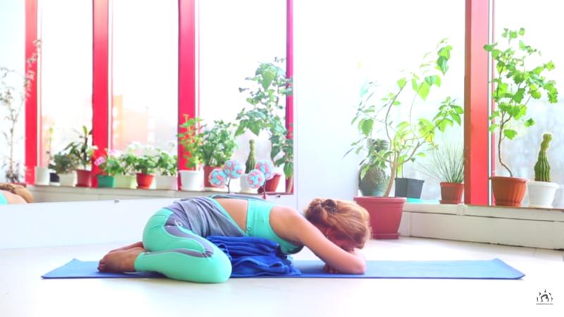 Упражнения во время месячных - расслабление головой вниз