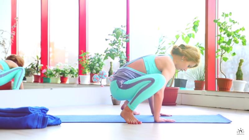 Упражнения во время месячных - покачивания на стопах