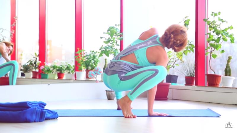 Упражнения во время месячных - раскрываем бёдра