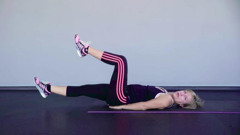 """Женские упражнения для похудения - Упражнение """"Выпрямление ноги лёжа"""""""