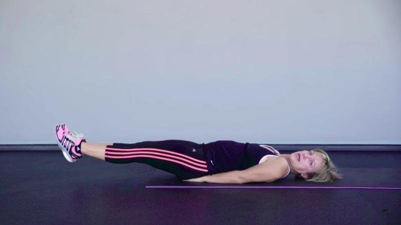"""Как похудеть женщине за 40 - Упражнение """"Сгибание ноги лёжа"""""""