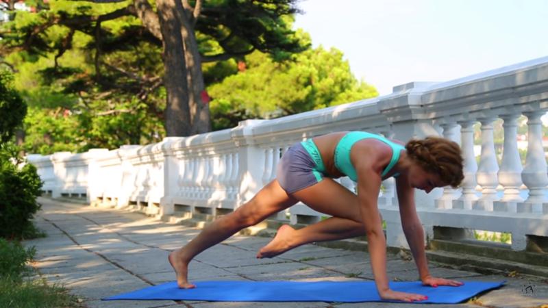 """Для женщин - как убрать живот - Упражнение """"Планка"""" с подтягиванием колена к груди"""